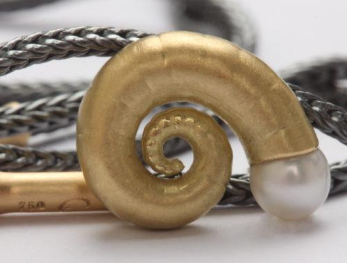 """Anhänger """"Nautilus"""" in Gold mit Perle"""